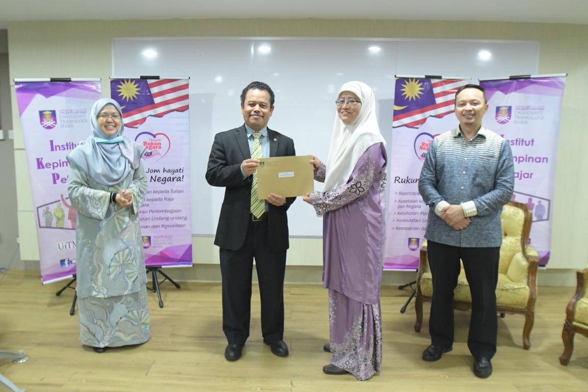 DR Azizan menyampaikan sijil kepada peserta, Dr Ezza.