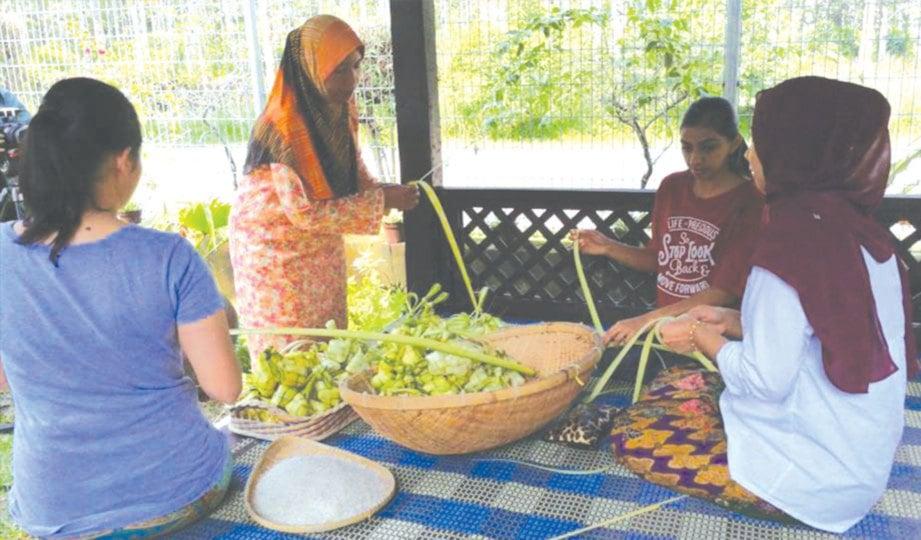 AKTIVITI menganyam ketupat antara aktiviti wajib di kampung yang tidak harus dilepaskan.