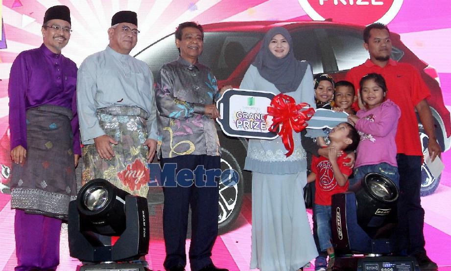ROSZALI (tiga dari kiri) menyampaikan replika kunci kereta kepada Rafidah dan Iswadi selepas mereka memenangi hadiah utama kereta Honda HRV dalam kempen cabutan bertuah 'Live, Own & Win @ Bandar Enstek 2017' TH Properties di Bandar Enstek, Nilai, hari ini. FOTO KHairul Najib Asarulah Khan.