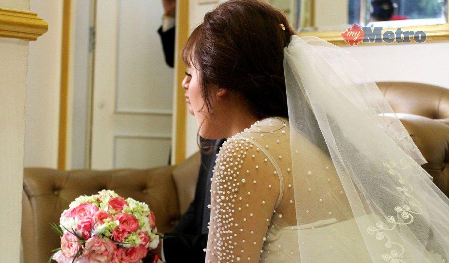 HUONG ketika majlis perkahwinan mereka di Hanoi, pada 23 Januari lalu, menggunakan keluarga upahan untuk pengantin wanita. FOTO AFP