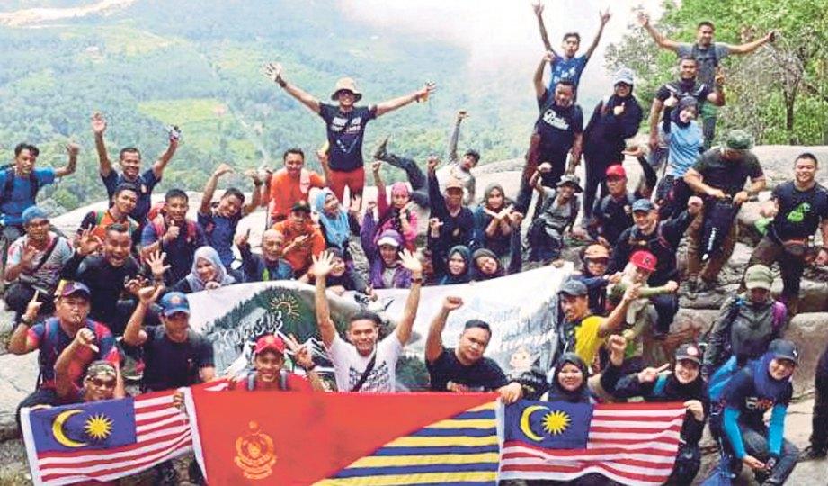 SEBAHAGIAN pengamal media dan peserta yang menyertai Program 'Stong Hill Adventures' bergambar kenangan di puncak Air Terjun Jelawang.