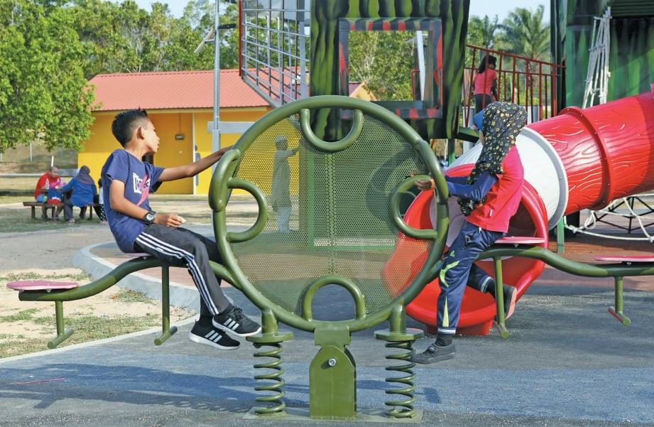 KANAK-kanak bermain permainan yang disediakan. FOTO Amirrudin Sahib