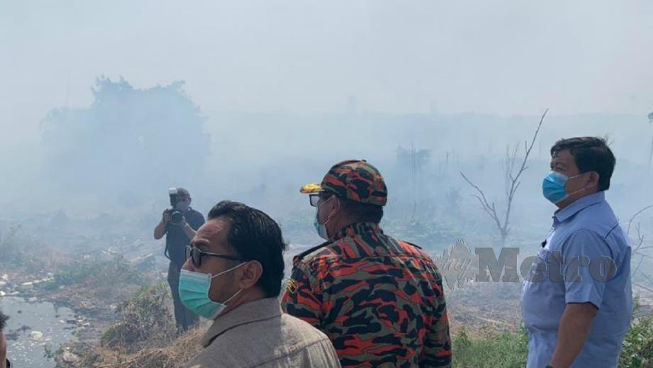 LOY Sian (kanan) meninjau kebakaran hutan di kompartmen 21 dalam Hutan Simpan Kuala Langat Selatan. FOTO Ihsan Kerajaan Negeri