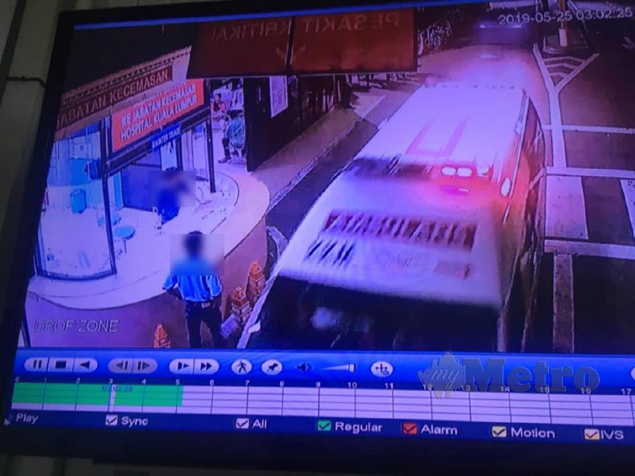 RAKAMAN kejadian menunjukkan lelaki menaiki kereta mengekori ambulans sebelum bertindak agresif di HKL. FOTO Ihsan Pembaca