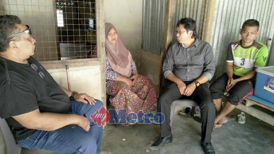 HANISAH (dua dari kiri) menceritakan kejadian menimpa arwah anaknya ketika dikunjungi Noor Azman (dua dari kanan) di rumahnya di Kampung Charok Kapas, Kupang, Baling, hari ini. FOTO Safuri Kamarudin