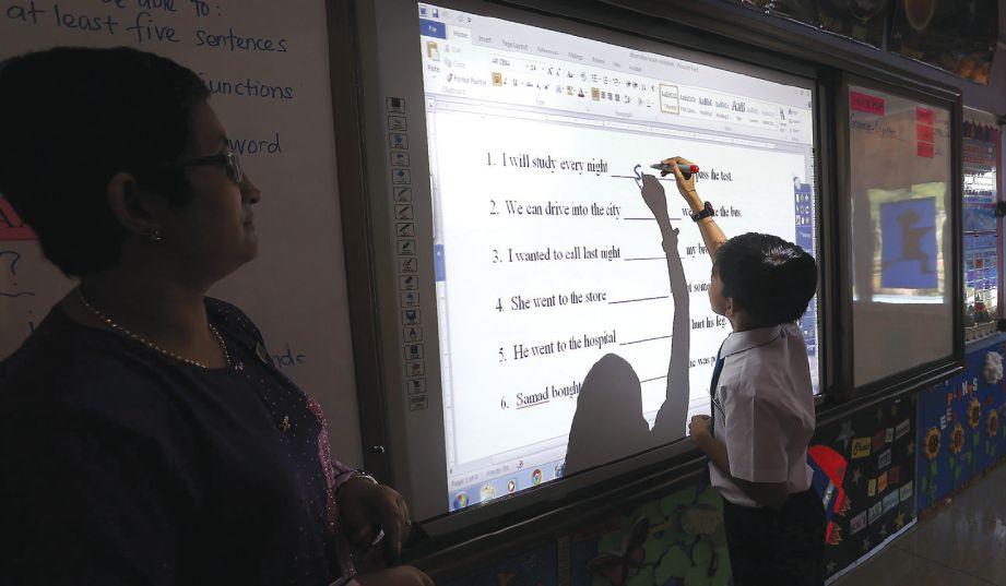 KEMUDAHAN ICT memberi kelebihan kepada pengajar dan pelajar untuk menilai  pencapaian masing-masing. - Gambar hiasan