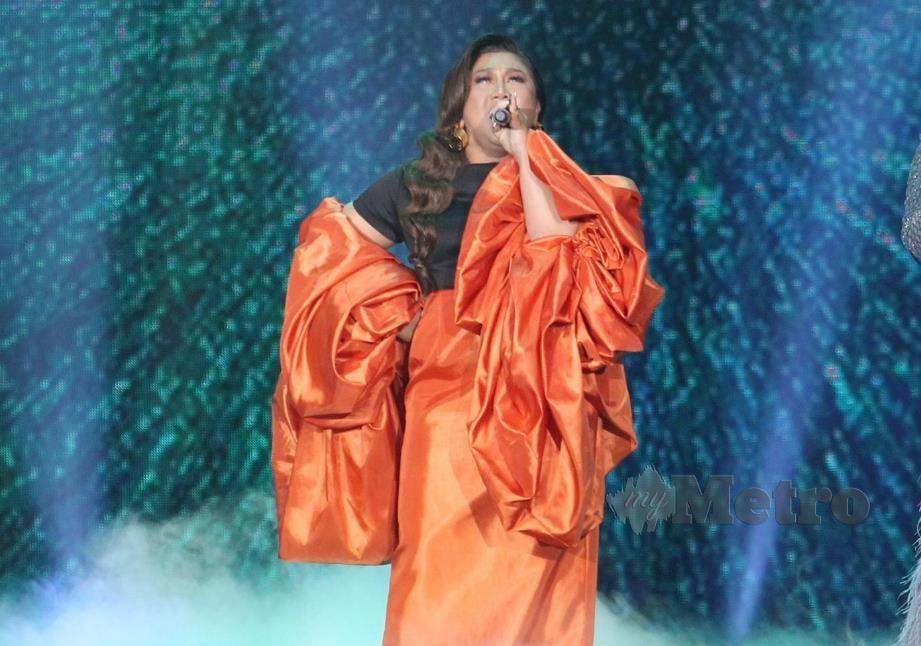 IDAYU ketika melakukan persembahan pada malam Anugerah Bintang Popular Berita Harian 32, di Pusat Konvensyen Antarabangsa Putrajaya. -Foto EIZAIRI SHAMSUDIN.
