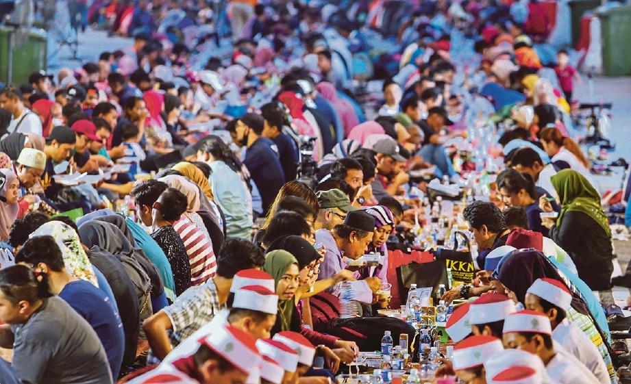 PENGANJURAN majlis buka puasa turut diadakan oleh badan bukan kerajaan (NGO).