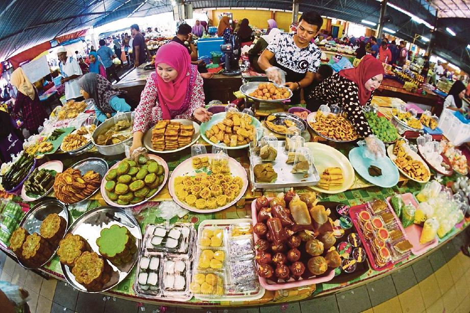 PELBAGAI juadah dan kuih-muih dijual di bazar Ramadan.
