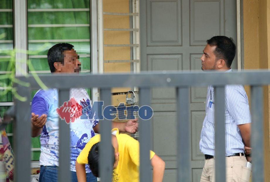 Pihak media menemubual bapa kepada seorang murid lelaki yang didakwa melakukan kesalahan disiplin dan didenda Cikgu Azizan. FOTO Adzlan Sidek