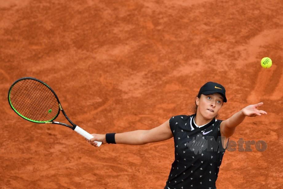IGA melakukan servis menentang Simona pada pusingan keempat Terbuka Perancis. — FOTO AFP