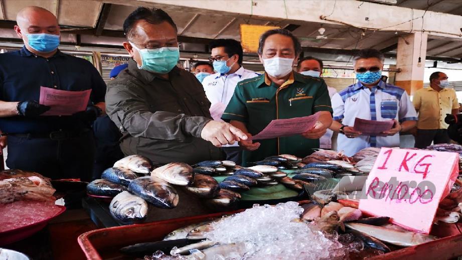 DATUK Alexander Nanta Linggi meninjau harga barang di Pasar Awam Serian. FOTO MOHD ROJI KAWI