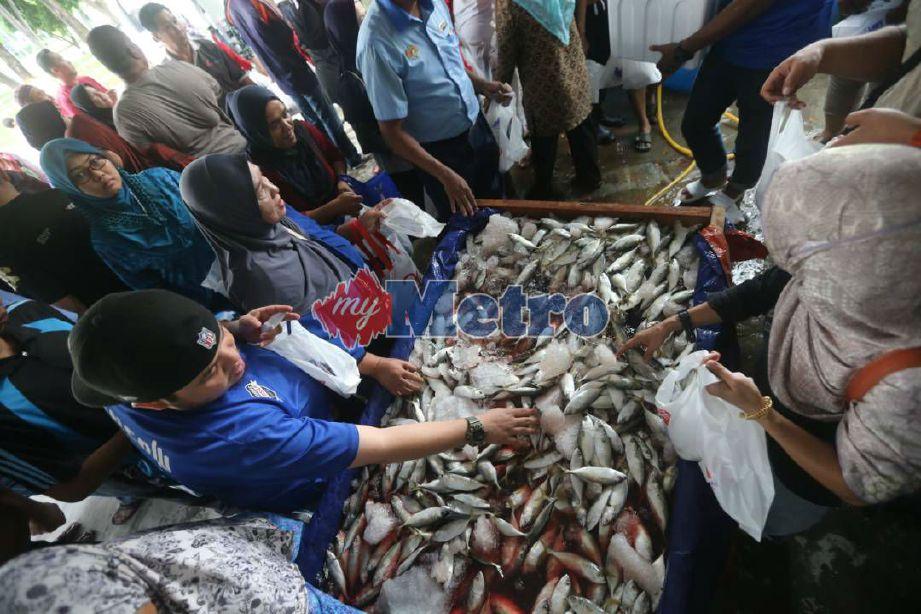 Penduduk sekitar Putrajaya mengambil peluang membeli ikan di Jualan Ikan Segar Separuh Harga @ Putrajaya. FOTO Mohd Fadli Hamzah