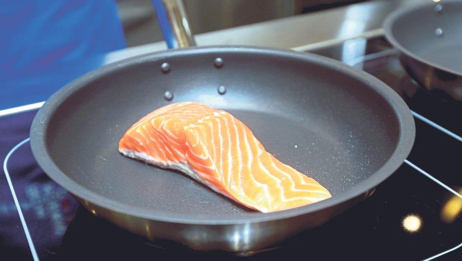1. Panaskan kuali tidak melekat dan masak ikan trout tanpa minyak. Apabila minyaknya sudah mula keluar, boleh tuang dalam bekas untuk disimpan. Ini kerana minyak ikan trout boleh diguna semula dan dicampur dalam salad bagi menambah khasiat kerana ia memiliki asid lemak, omega-3.