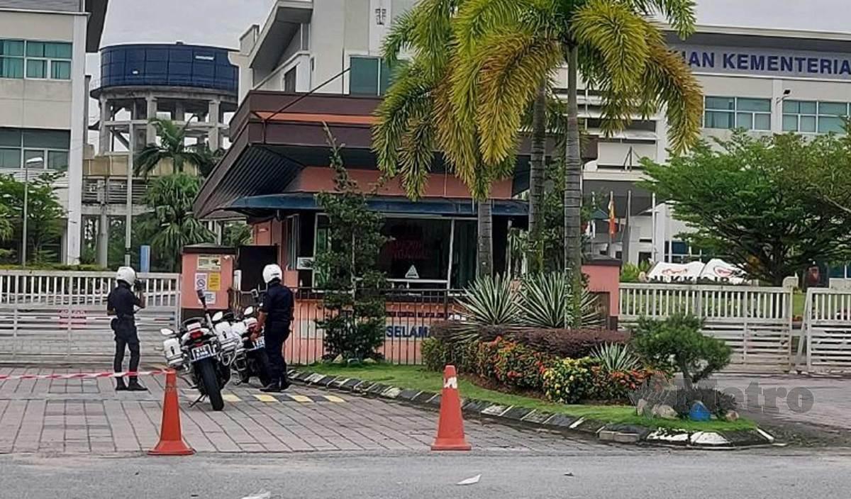 ANGGOTA polis berada di Institut Latihan Kementerian Kesihatan Malaysia (ILKKM) di Kempas selepas PKPD dilaksanakan. FOTO Arkib NSTP