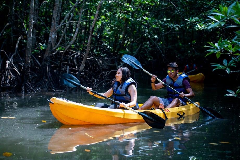 AKTIVITI kayak di kawasan berpaya antara aktiviti mesti dilakukan pengunjung ke Pulau Bintan. FOTO Ihsan Treasure Bay Bintan