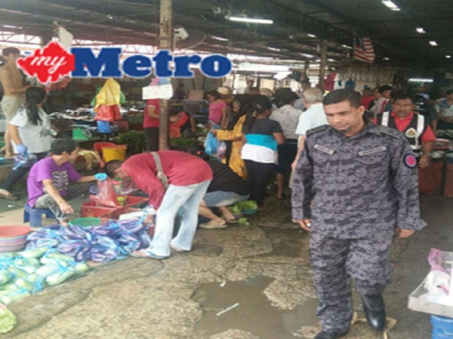 Khwaja (kanan) ketika menjalankan pemeriksaan di Pasar Besar Bukit Mertajam tadi. FOTO Shamsul Munir Safini