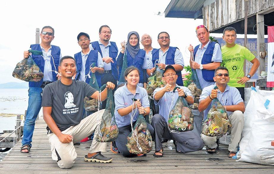 KUMPULAN penyelidik UPM mengumpul sampah-sarap yang dikutip di Pulau Mabul.