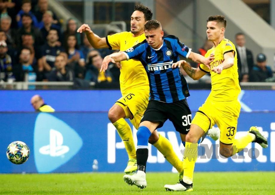 ESPOSITO (tengah) dikepit dua pemain Dortmund, Mats Hummels (kiri) dan Julian Weigl. — FOTO Reuters