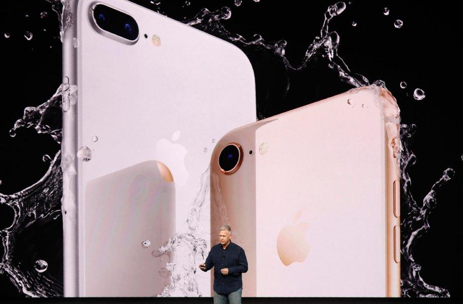 NAIB Presiden Apple, Phil Schiller memperkenalkan iPhone 8 dan 8 Plus. FOTO Reuters