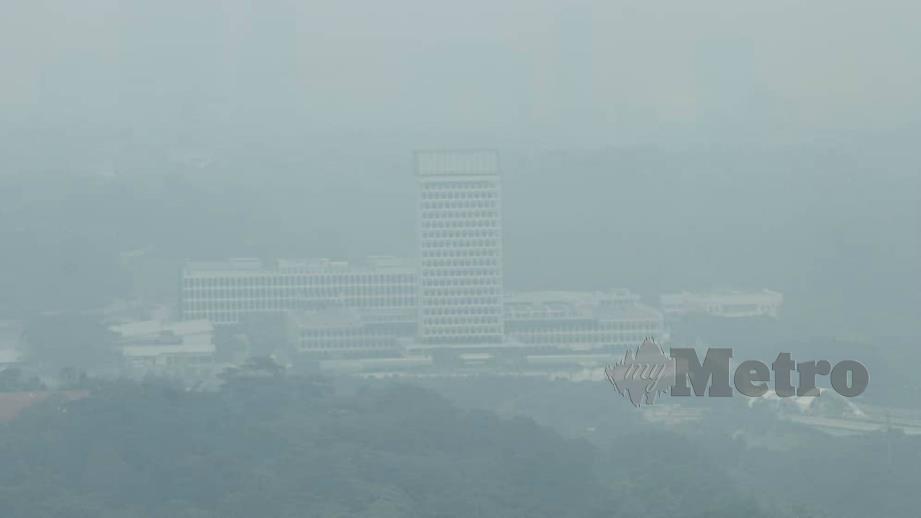 PEMANDANGAN Kuala Lumpur yang berjerebu pada 1 tengah hari. FOTO Mustaffa Kamal