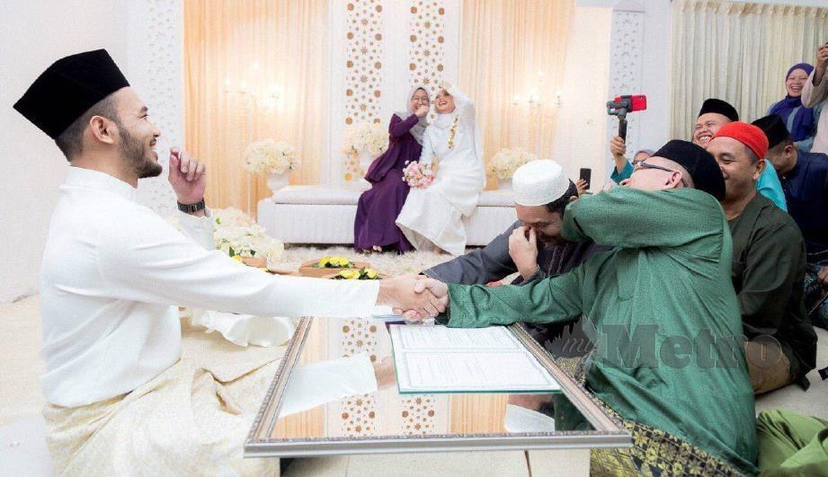 MUHAMMAD Iqbal dan tetamu ketawa selepas Ahmad (berbaju hijau) tersasul menyebut namanya pada majlis akad nikah di Masjid Darul Hana, Kota Samarahan, Ahad lalu.