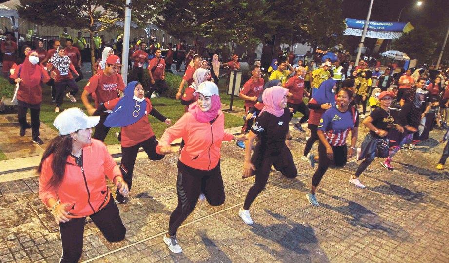 MEMANASKAN badan dengan tarian zumba sebelum berlari. FOTO Saifullizan Tamadi