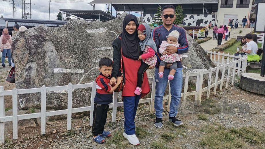 IRWAN bersama isteri dan anaknya. FOTO Ihsan Irwan Mustang