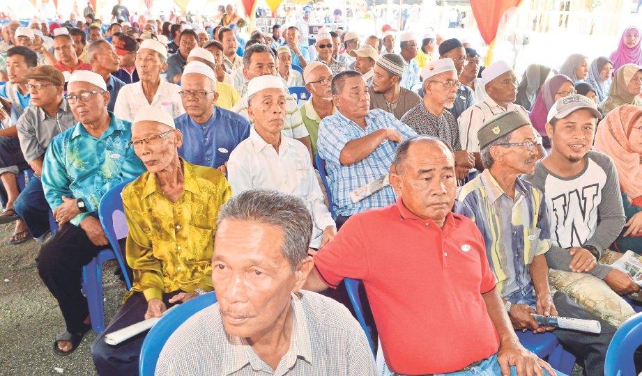 GOLONGAN pesawah menerima bantuan RM200.