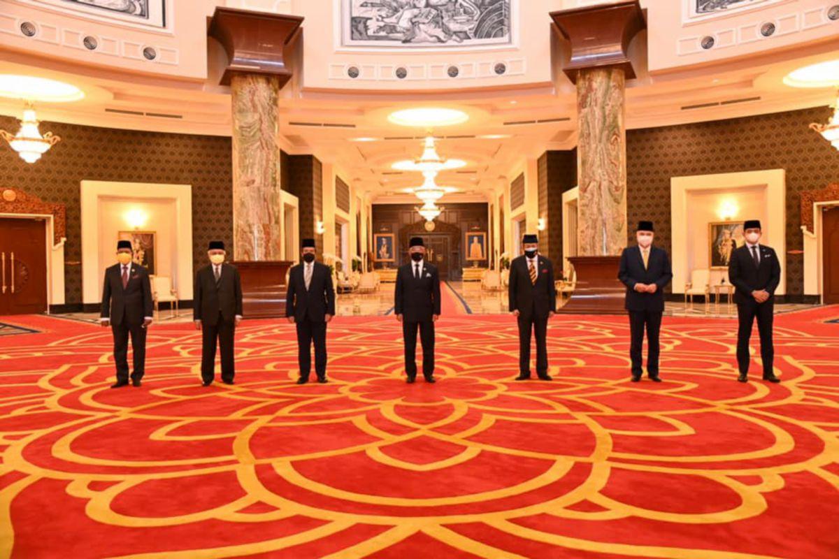 Al-Sultan Abdullah (tengah) bersama Raja-Raja Melayu pada Perbincangan Khas di Istana Negara, hari ini. FOTO Istana Negara.
