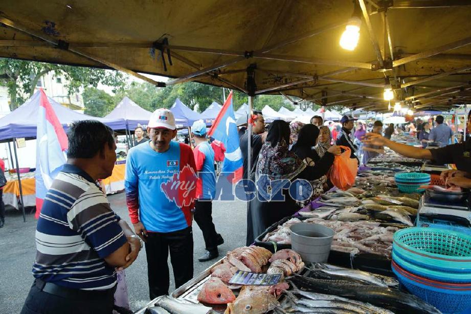 MOHD Zawawi ketika berkempen di pasar tani Sri Andalas, Klang. FOTO Syarafiq Abd Samad