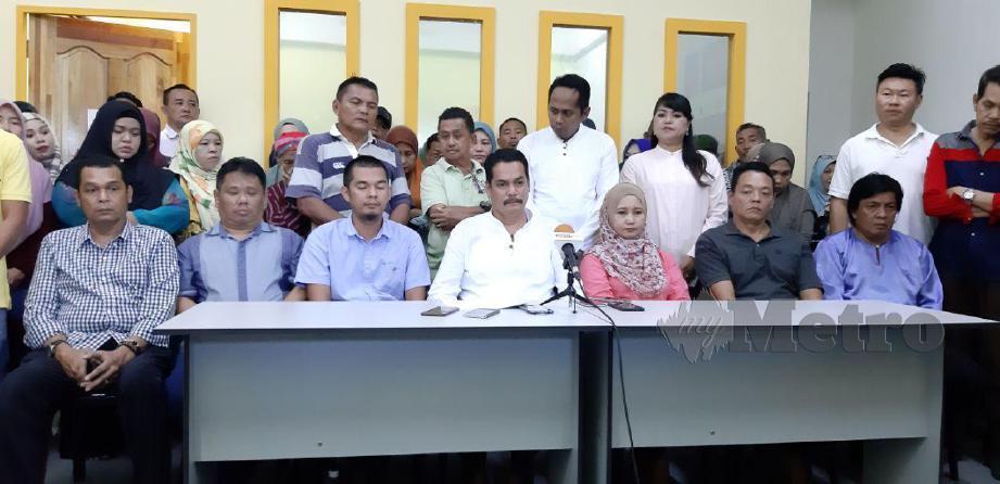 JAFFARI (tengah) mengisytiharkan keluar PKR. FOTO Hazsyah Abdul Rahman