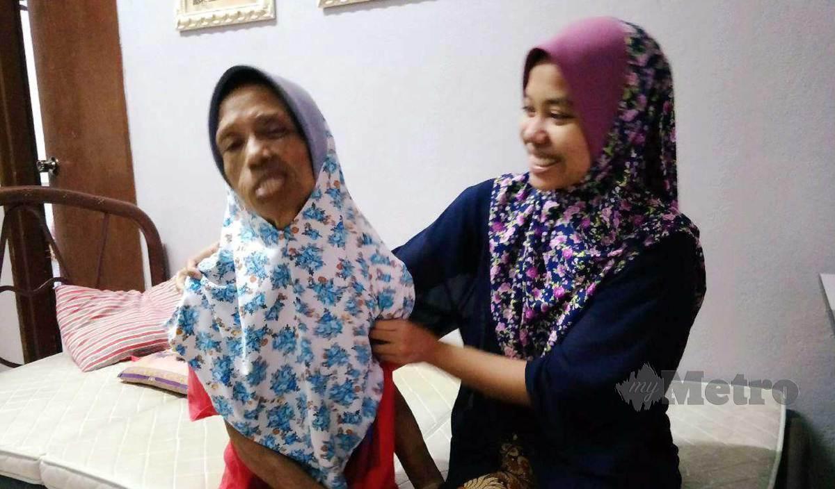 NOR Syuhadah (kanan) melupakan pengajian kerana menjaga ibunya. FOTO Ramli Ibrahim