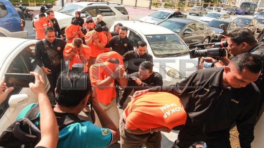 PEGAWAI SPRM mengiringi lapan pegawai Jabatan Penjara Malaysia dan seorang wanita warga Indonesia untuk direman. FOTO Danial Saad