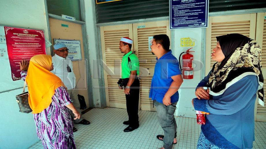 AHLI keluarga mangsa menunggu di perkarangan Bilik Mayat Hospital Jengka, hari ini. FOTO Nazirul Roselan