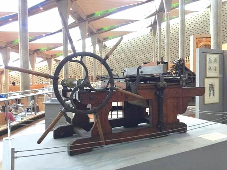 ALAT mesin cetak zaman silam yang dipamerkan di dalam perpustakaan. FOTO Dr Nazatul Shahnaz Mohd Nazri