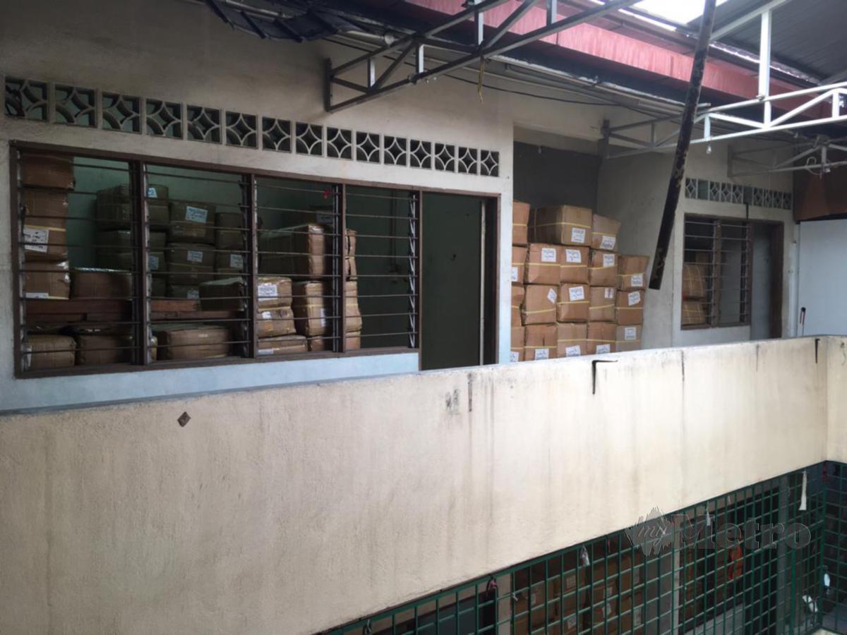 STOR simpanan barangan tiruan di tingkat empat sebuah premis di Jalan Kenanga. FOTO Rosyahaida Abdullah