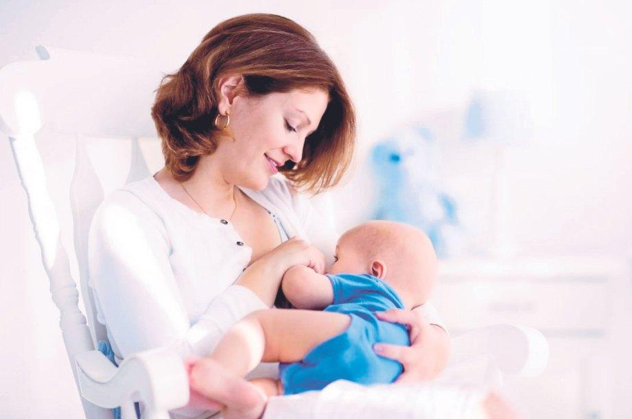 MEMEGANG bayi, menyusukan berupaya meningkatkan hormon oksitosin.