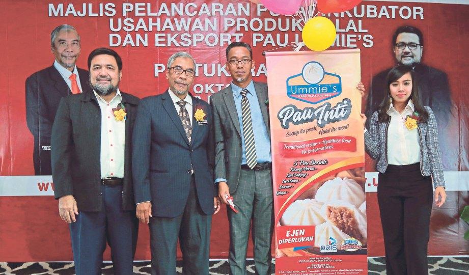 JAMAL (kiri) dan Dr Mohd Hatta (dua dari kiri) bersama Ketua Pegawai Eksekutif DRIS Global Sdn Bhd, Dr Iskandar Mahmud melancarkan produk terbaru keluaran tempatan, Pau UMMIE's.