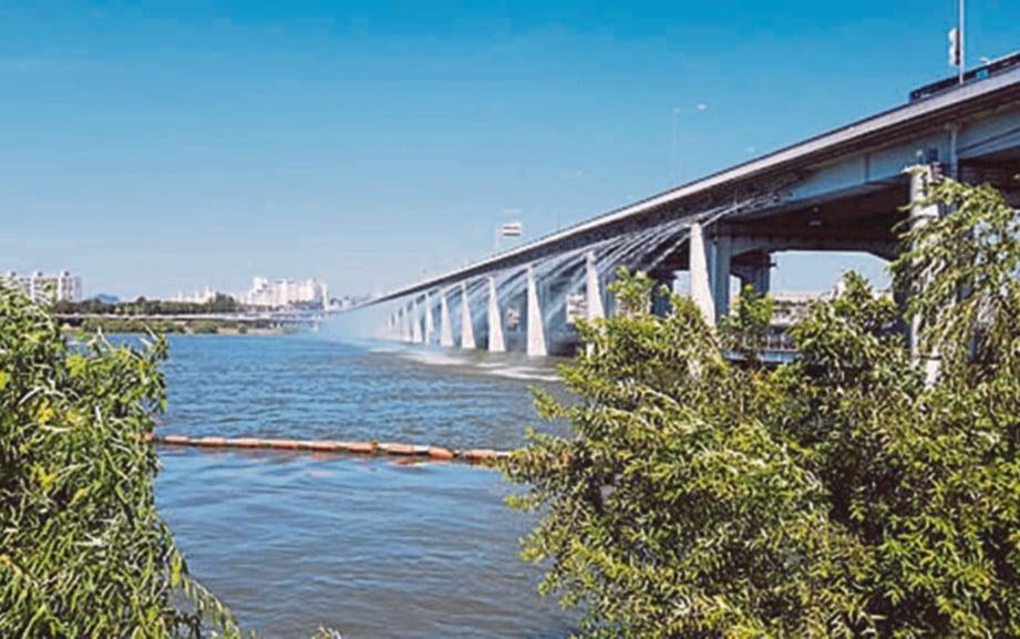 SUASANA Jambatan Banpo ketika siang.