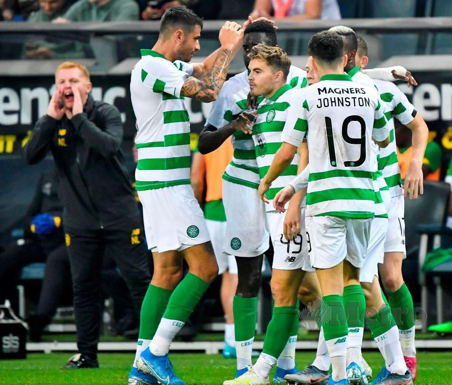FORREST (tengah) meraikan gol pertama bersama rakan sepasukan di Stockholm, awal pagi tadi. — FOTO AFP