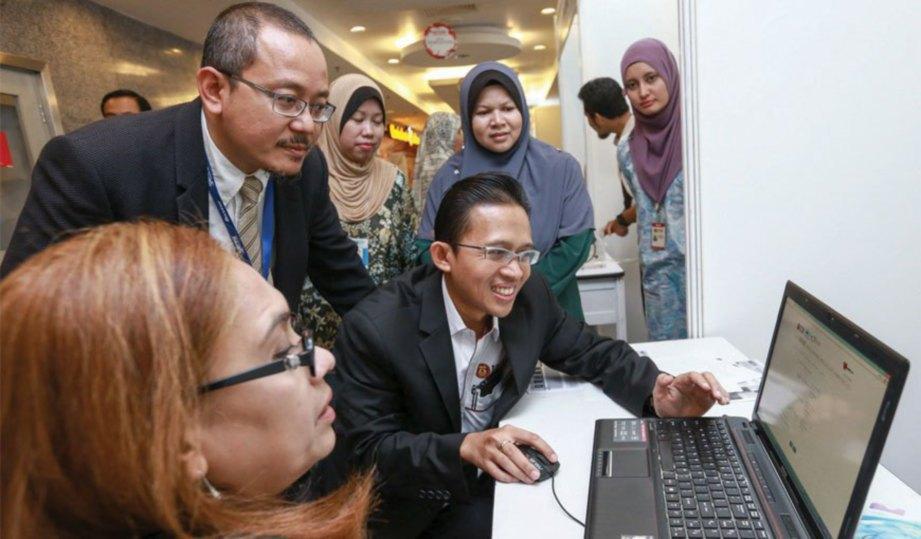 DR Suhaimi (dua dari kiri) dan Dr-Ing Eko (tiga dari kanan) menunjukkan cara menggunakan sistem penilaian risiko kepada pengguna.