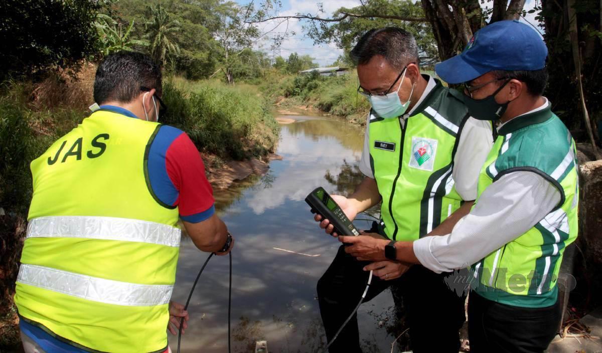 JABATAN Alam Sekitar (JAS) Johor membuat pemantauan dan meninjau kawasan di Sungai Kim Kim selepas menerima aduan penduduk keadaan air di Sungai Kim Kim berubah warna dan mengeluarkan bau di Kampung Bukit Pulai, Pasir Gudang. FOTO Zain Ahmed