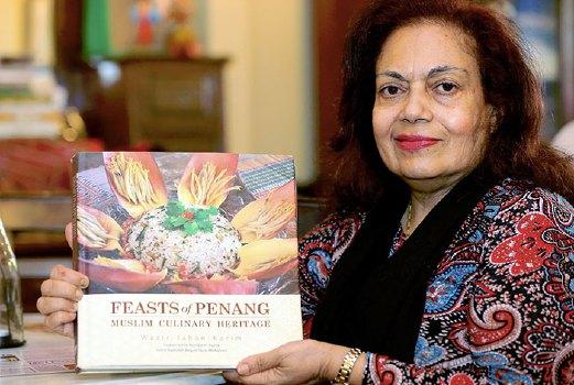 DR Wazir menunjukkan buku mengenai masakan masyarakat Jawi Peranakan.