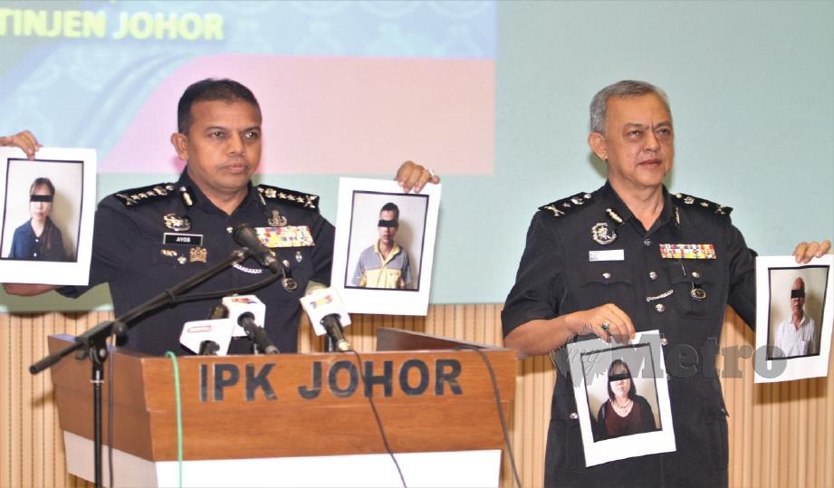 AYOB Khan (kiri) bersama Ketua Jabatan Siasatan Jenayah Johor, Senior Asisten Komisioner Md Yusof Ahmad menunjukkan gambar individu ditahan kerana memasang Jalur Gemilang dan bendera Johor secara terbalik. FOTO Zain Ahmed.