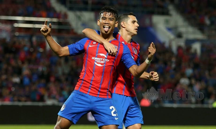 SAFAWI (kiri) meraikan gol ketiga bersama rakan sepasukan di Larkin, malam ini. — FOTO Mohd Azren Jamaludin
