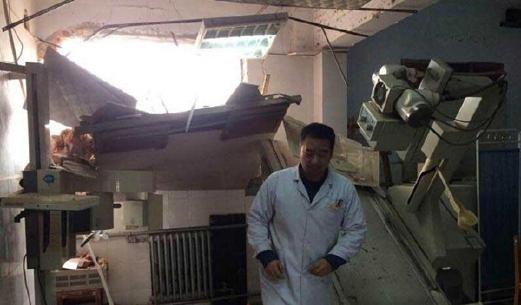 Keadaan selepas jentolak merobohkan sebahagian hospital di tengah China. - Foto People's Daily's
