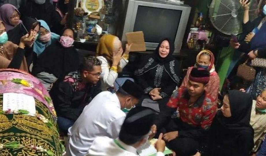 ROMADHONY dan isterinya melangsungkan akad nikah 'disaksikan' jenazah bapanya. FOTO KOMPAS.com
