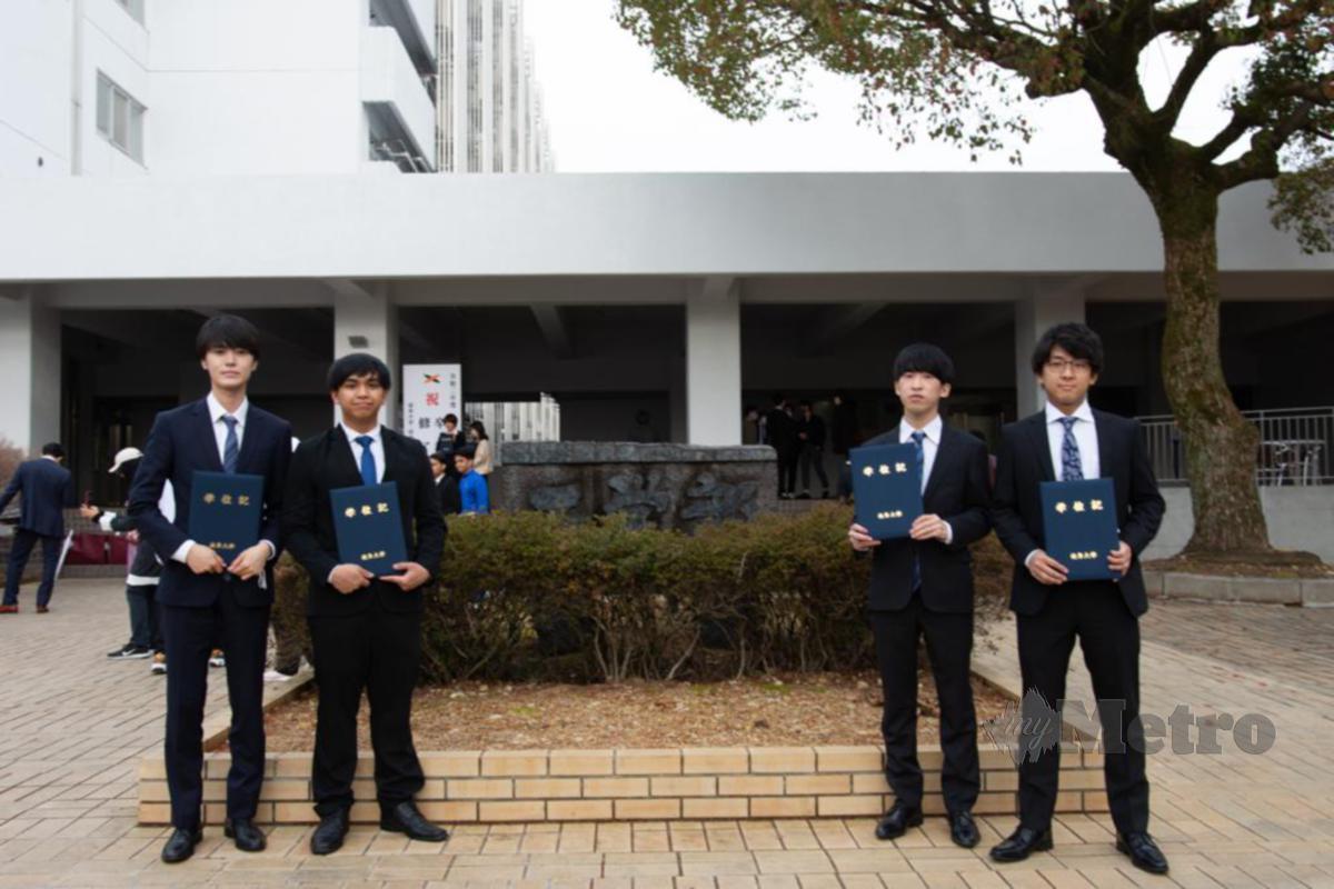 MUHAMMAD Syafiq (dua dari kiri) bersama dengan rakan sekuliah berbangsa Jepun.