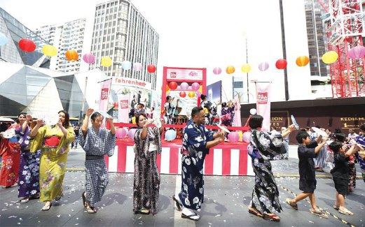 PERARAKAN pakaian kimono dan yukata sambil diiringi 'Happy Dance' meriahkan lagi suasana Pesta Chibi Maruko Chan.